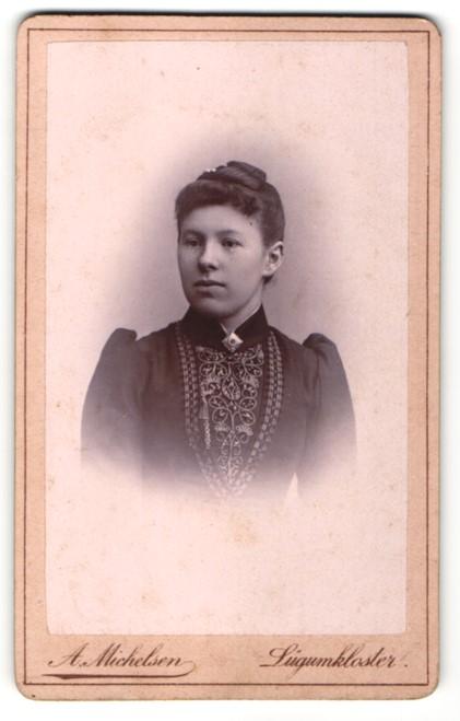 Fotografie H. Michelsen, Lügumkloster, Portrait junge Frau mit zusammengebundenem Haar