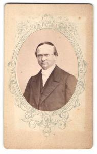Fotografie unbekannter Fotograf und Ort, Portrait Herr in Abendgarderobe mit Brille, Passepartout