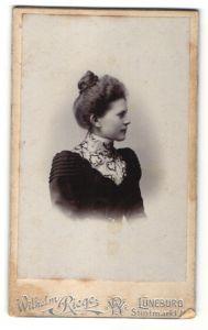 Fotografie Wilhelm Riege, Lüneburg, Profilportrait junge Dame mit Haarknoten