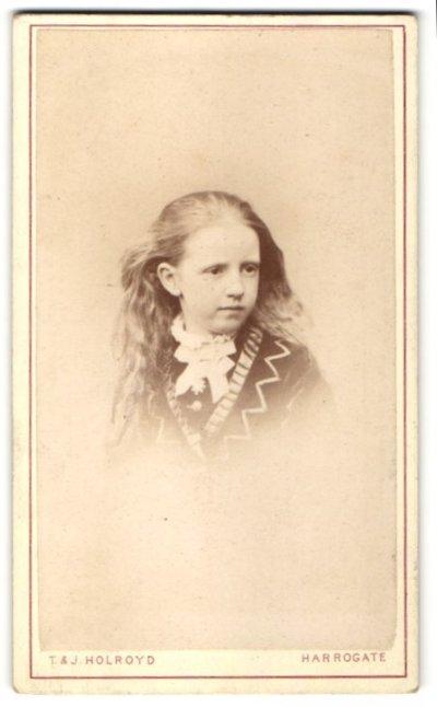 Fotografie T. & J. Holroyd, Harrogate, Portrait Mädchen mit wallendem Haar