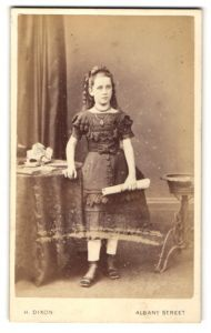 Fotografie H. Dixon, London, Portrait Mädchen in festlicher Kleidung