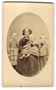 Fotografie unbekannter Fotograf und Ort, Portrait Greisin mit drei Enkeln