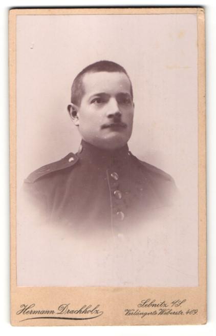 Fotografie Hermann Drachholz, Sebnitz i. S., Portrait junger dunkelhaariger Soldat mit Schnauzer in Uniform