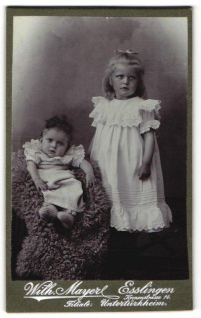Fotografie Wilh. Mayer, Esslingen, zwei bezaubernd süsse Mädchen in tollen Kleidern mit Stickerei