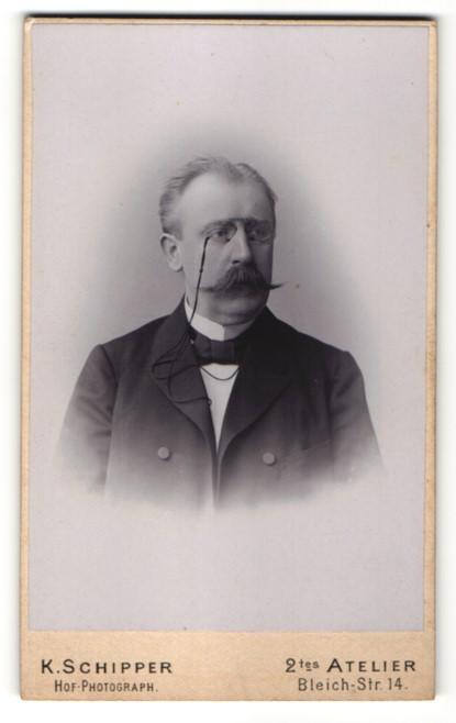 Fotografie K. Schipper, Wiesbaden, Portrait charmanter betagter Herr mit Zwicker und Schnauzer