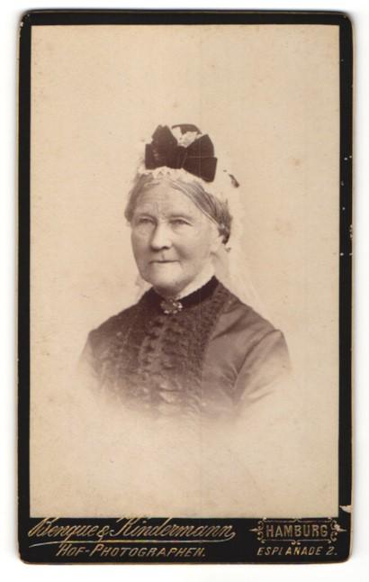 Fotografie Benque & Kindermann, Hamburg, Portrait hübsche ältere Dame mit Kopfschmuck und Brosche am Kragen
