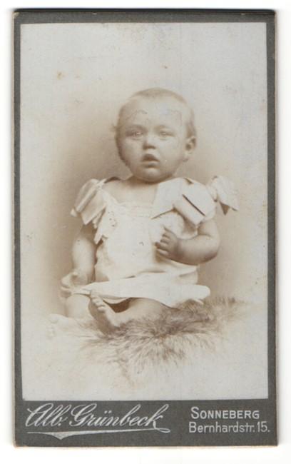 Fotografie Alb. Grünbeck, Sonneberg, Portrait zuckersüsses blondes Mädchen im hübschen Kleid mit Schleifen