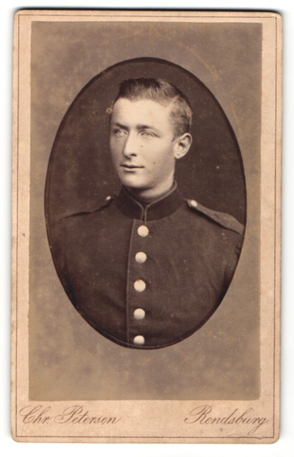 Fotografie Chr. Petersen, Rendsburg, Portrait charmanter junger Soldat in interessanter Uniform