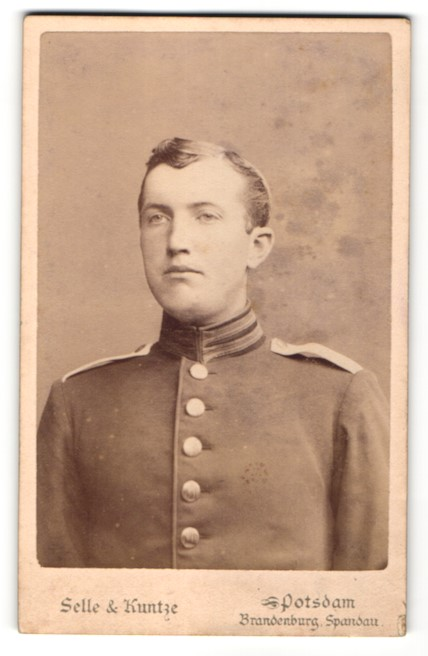 Fotografie Selle & Kuntze, Potsdam, Portrait charmanter junger Soldat in eleganter Uniform