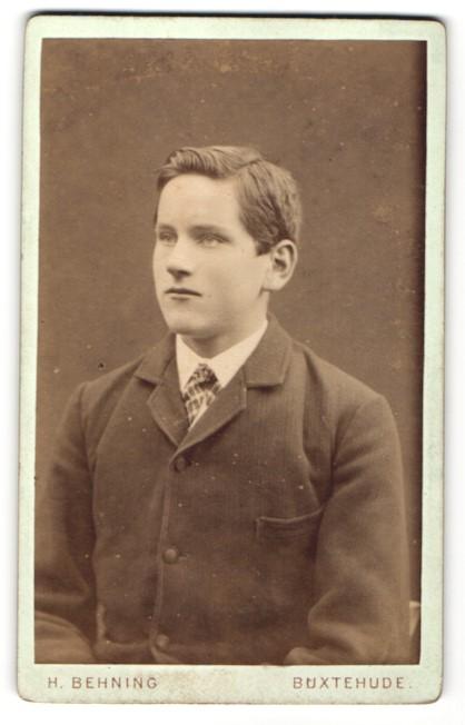 Fotografie H. Behning, Buxtehude, Portrait hübscher Bube mit Seitenscheitel im eleganten Anzug
