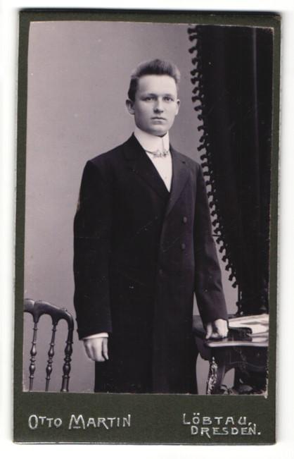 Fotografie Otto Martin, Dresden-Löbtau, junger hübscher Mann im eleganten Mantel und hübscher Fliege