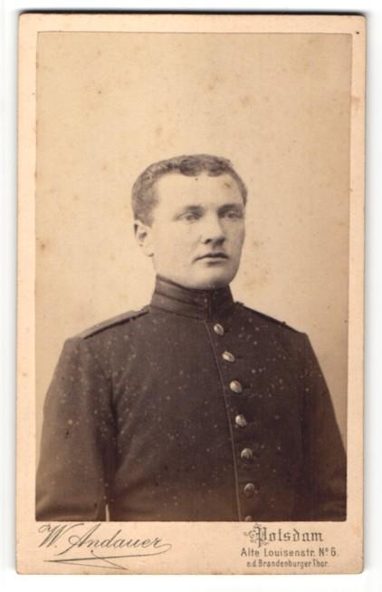 Fotografie W. Andauer, Potsdam, Portrait charmanter junger Soldat in Uniform mitr Knopfleiste
