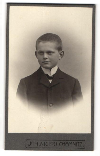 Fotografie Joh. Niclou, Chemnitz, Portrait frecher Bube mit kurzem Haar im schwarzen Jackett