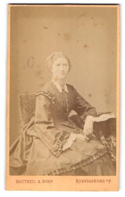 Fotografie Gottheil & Sohn, Koenigsberg i. P., charmante ältere Dame im prachtvollen Rüschenkleid