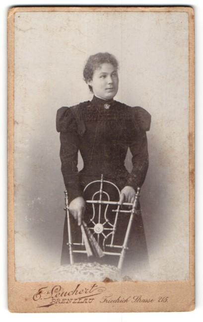 Fotografie E. Leuchert, Prenzlau, Portrait charmante junge Dame im prachtvollen Rüschenkleid und Brosche am Kragen