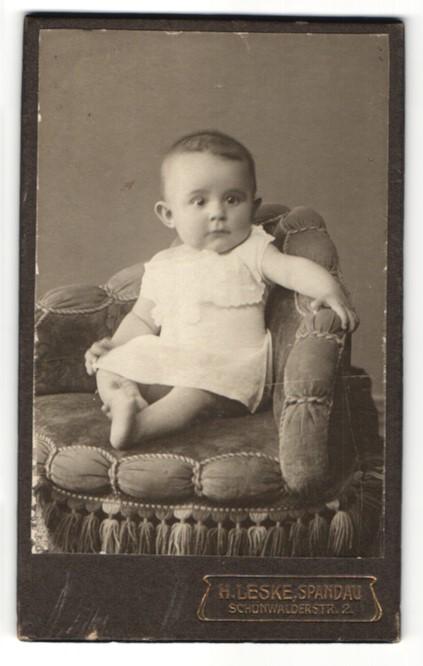Fotografie H. Leske, Berlin-Spandau, zuckersüsses Baby mit grossen Augen im weissen Kleidchen