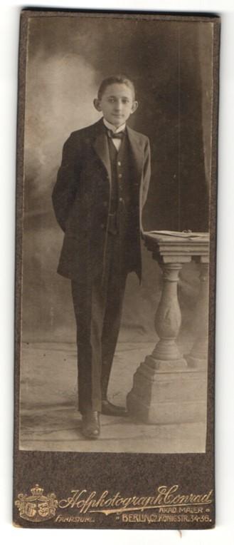 Fotografie Conrad, Berlin-C, Portrait Knabe in Anzug