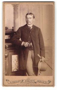Fotografie H. Zeidler, Berlin-SW, Portrait junger Herr in eleganter Garderobe
