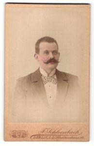 Fotografie F. Schloenbach, Berlin, Portrait Herr im Anzug mit Fliege und Zwirbelbart