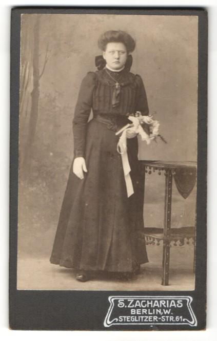 Fotografie S. Zacharias, Berlin, Portrait junge Frau in festlicher Kleidung mit Blumenstrauss