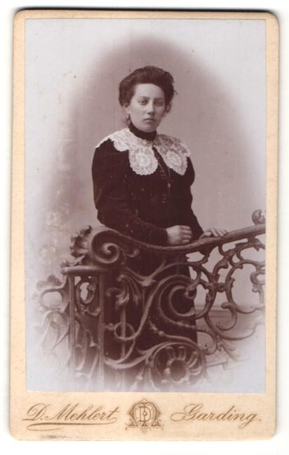 Fotografie D. Mehlert, Garding, Junge Frau im Kleid mit weisser Spitze 0