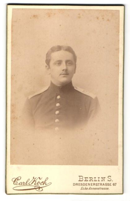 Fotografie Carl Koch, Berlin, Portrait charmanter Soldat in eleganter Uniform mit Knopfleiste