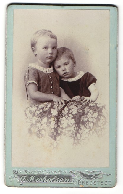 Fotografie A. Michelsen, Bredstedt, Portrait zwei bezaubernd süsse Mädchen in hübschen Kleidern mit Spitzenkragen