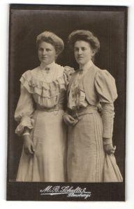 Fotografie M. B. Schultz, Flensburg, Portrait zwei wunderschöne junge Frauen in tollen Rüschenkleidern und Schmuck