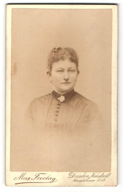 Fotografie Max Freitag, Dresden-Neustadt, Portrait charmant blickende Dame mit lockigem Haar und Brosche