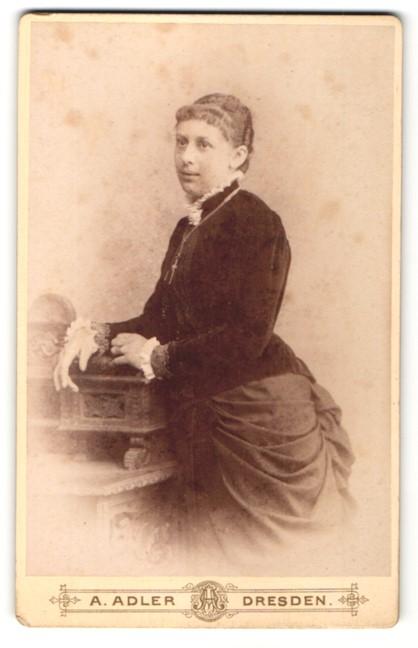 Fotografie A. Adler, Dresden, charmant blickende junge Frau mit Halskette und weissem Rüschenkragen
