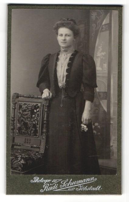 Fotografie Rudi Schumann, Jöhstadt, brünette junge Schönheit mit Blume und Schmuck im bestickten Kleid