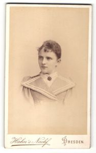 Fotografie Hahn's Nachf., Dresden, Portrait wunderschöne junge Dame mit Ohrringen und Brosche in karierter Bluse