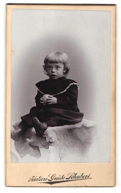 Fotografie Guido Schubert, Dresden-A., zuckersüsses blondes Mädchen im schwarzen Kleidchen mit Ball in der Hand