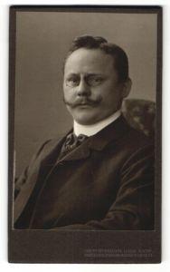 Fotografie Hahn Nachf., Dresden, Portrait stattlicher Herr mit Zwicker und Oberlippenbart im Anzug