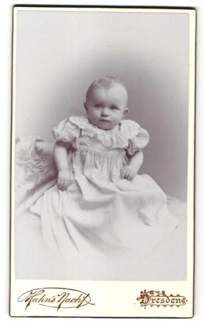 Fotografie Han's Nachf., Dresden, zuckersüsses blondes Baby im weissen Kleidchen mit Rüschen