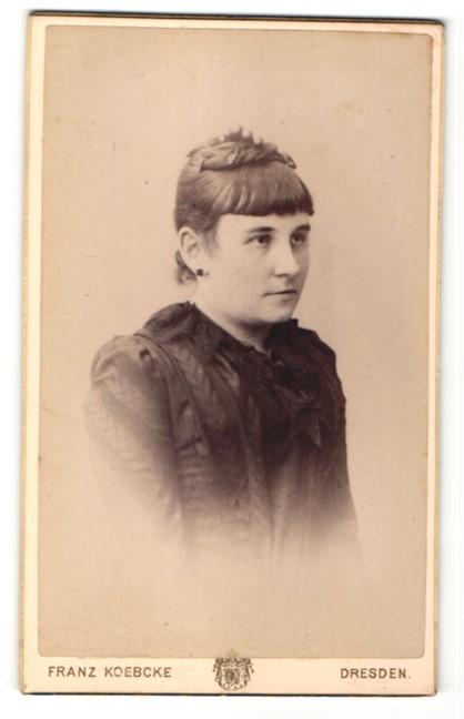 Fotografie Franz Koebcke, Dresden, Portrait junge schöne Frau mit Hochsteckfrisur in schwarzer Bluse mit Schleife
