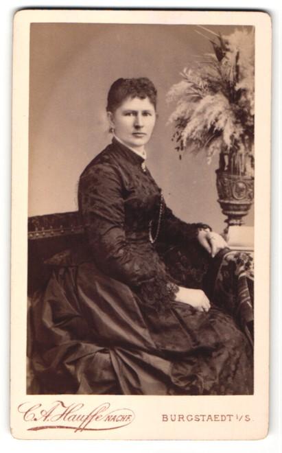 Fotografie C. A. Hauffe, Burgstädt i. S., charmant blickende junge Frau im aufwendig besticktem Kleid