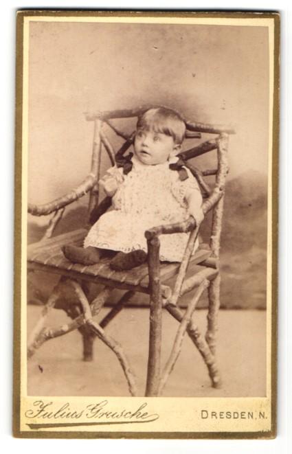 Fotografie Julius Grusche, Dresden-N., Portrait zuckersüsses kleines Mädchen mit grossen Augen und Schleifen am Kleid