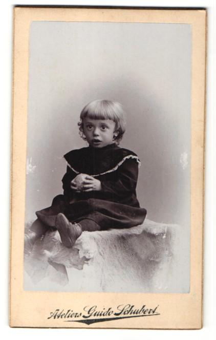 Fotografie Guido Schubert, Dresden-A., zuckersüsses blondes Mädchen mit Ball im hübschen Kleid