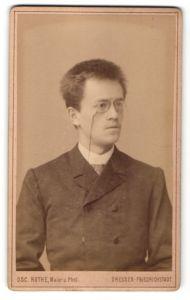 Fotografie Osc. Rothe, Dresden-Friedrichstadt, Portrait junger Mann mit Zwicker