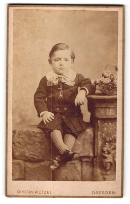 Fotografie Gustav Wetzel, Dresden, Portrait Kleinkind in festlicher Garderobe