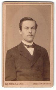 Fotografie Osc. Rothe, Dresden-Friedrichstadt, Portrait junger Herr in festlicher Kleidung