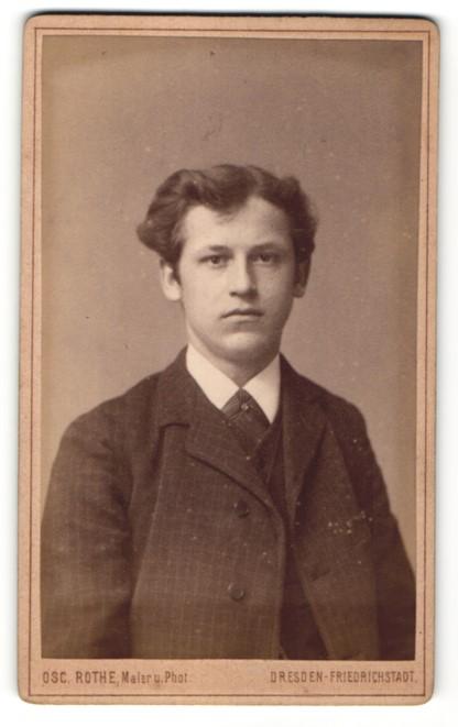 Fotografie Osc. Rothe, Dresden-Friedrichstadt, Portrait junger Mann mit zeitgenöss. Frisur