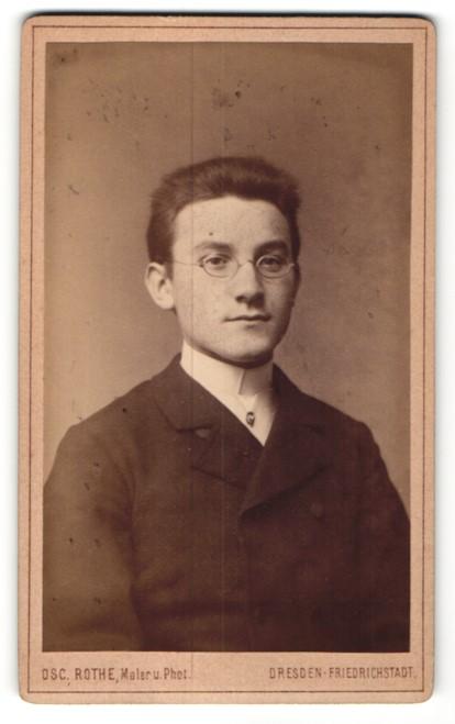 Fotografie Osc. Rothe, Dresden, Portrait junger Mann mit Brille