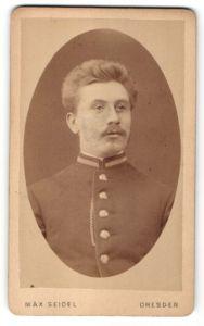 Fotografie Max Seidel, Dresden, Portrait junger Herr mit zeitgenöss. Frisur in Dienstkleidung