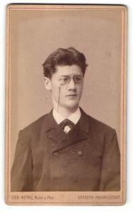 Fotografie Osc. Rothe, Dresden-Friedrichstadt, Portrait halbwüchsiger Knabe mit Zwicker
