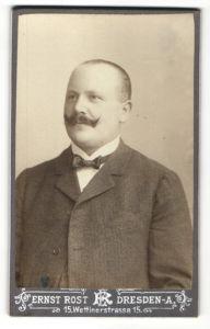 Fotografie Ernst Rost, Dresden-A, Portrait bürgerlicher Herr mit geschorenem Haupthaar