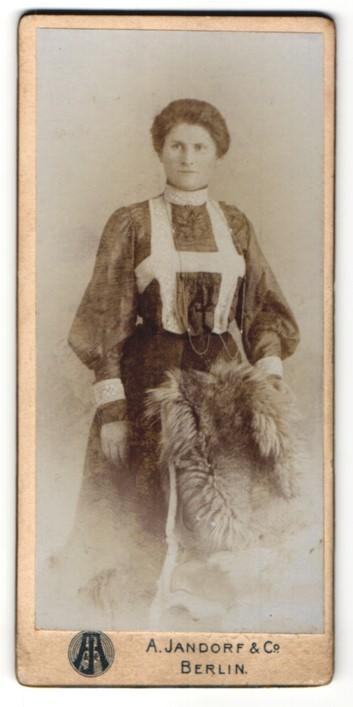 Fotografie A. Jandorf & Co., Berlin, Portrait Dame mit zusammengebundenem Haar