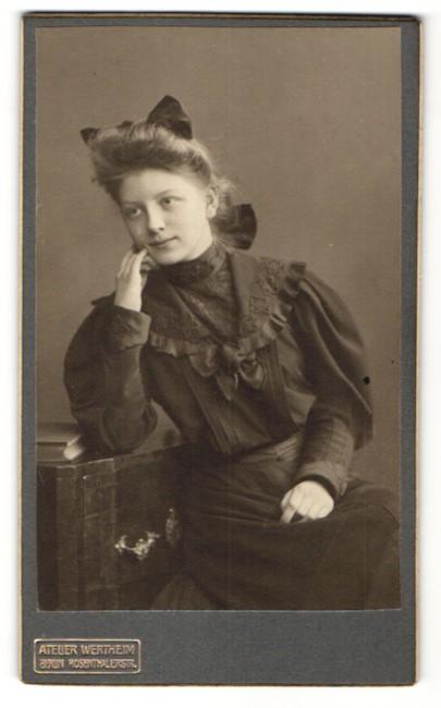 Fotografie Atelier Wertheim, Berlin, Portrait Mädchen mit Haarschleife