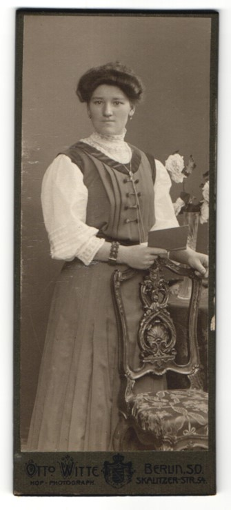 Fotografie Otto Witte, Berlin-SO, Portrait junge Frau in festlicher Garderobe